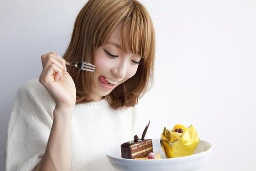 woman-junk-food